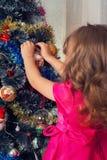 孩子装饰圣诞树 图库摄影