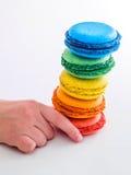 孩子要采取蛋白杏仁饼干 免版税库存照片