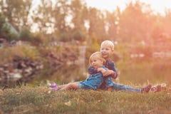孩子观看日落 免版税图库摄影