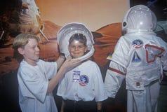孩子试穿$1百万太空服在空间阵营,乔治C 马歇尔太空飞行中心,汉茨维尔, AL 免版税库存照片