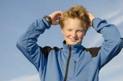 孩子调整他的头发 免版税库存照片