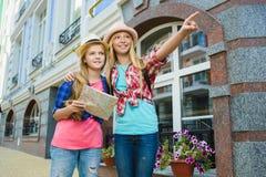 孩子调查距离 旅游业和假期概念 免版税库存图片