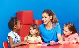 孩子谈话在语言促进时 免版税库存照片