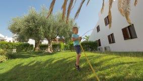 孩子负责浇灌绿色草坪由房子 影视素材