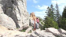 孩子走在森林里的,远足山,女孩的孩子使用在野营的冒险 股票录像