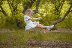 孩子跌倒 对落的恐惧 在梦想的成长 所有丝毫的女孩 库存图片