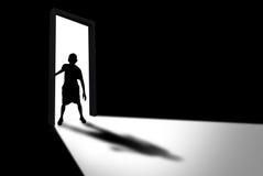 孩子输入未知数和恐惧的暗室概念 免版税库存照片