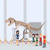 孩子进行了与老师的一次游览在博物馆 站立在恐龙附近的大厅里 免版税图库摄影