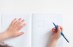 孩子连接在笔记本的形状点 免版税库存照片
