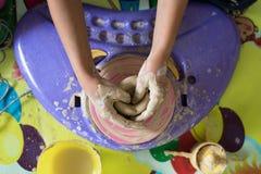 孩子递与黏土做瓦器的使用 库存图片