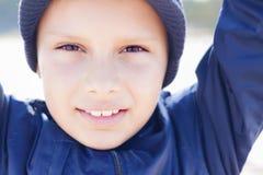 孩子逗人喜爱的9年神色照相机关闭 免版税库存照片