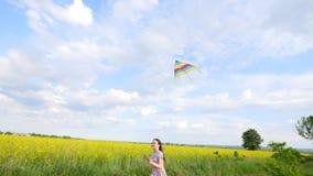 孩子通过有风筝的一个草甸跑 免版税图库摄影