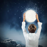 孩子采取月亮 免版税图库摄影