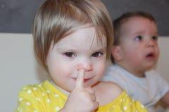 孩子采摘他的鼻子 一个小女孩,一个恶习 Picki 免版税库存图片