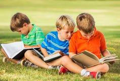 孩子阅读书 免版税图库摄影
