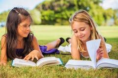 孩子阅读书 免版税库存照片