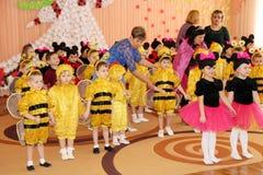 孩子队蜂和米老鼠服装的在午后的演出在幼儿园 库存图片