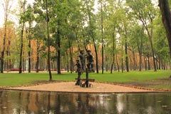 孩子雕塑在公园 免版税库存图片