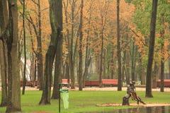 孩子雕塑在公园 免版税库存照片