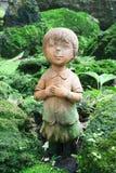 孩子雕刻被烘烤的黏土胡扯她的在耳朵的手 图库摄影