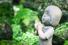 孩子雕刻被烘烤的黏土胡扯她的在耳朵的手 库存图片