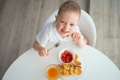 孩子食用早餐在一个晴朗的早晨 库存图片