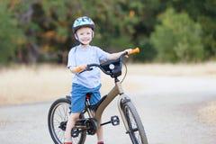孩子骑自行车 图库摄影
