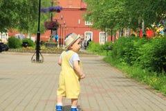 孩子,一个小男孩在操场走 免版税库存图片