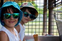孩子,吃冰淇淋,当坐在徒步旅行队卡车时 免版税库存图片