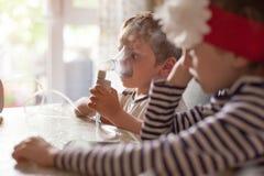 孩子,吸入,医疗保健,医学,哮喘,疾病,病毒,流行病 免版税库存图片