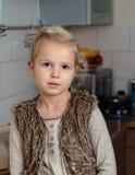孩子,女孩在厨房里 免版税库存图片