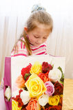 孩子,女孩打开礼物 库存图片