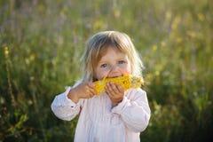 孩子,玉米 免版税库存图片