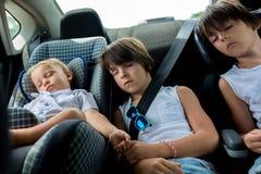 孩子,睡觉在carseats,当旅行时 免版税图库摄影