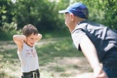 孩子,自然,孩子,森林,冒险,男孩,友谊,队,啼声 库存照片