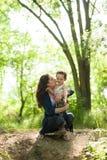 孩子,自然,家庭,爱,森林,公园,母亲,冒险,男孩,感觉 库存图片
