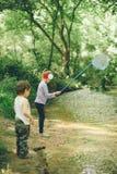 孩子,自然,家庭,爱,森林,冒险,渔,男孩,女孩 免版税库存照片