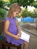 孩子读一本书 免版税库存照片