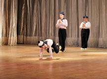 孩子以伤残在阶段跳舞水手跳舞 免版税库存图片