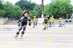 孩子滑冰 免版税库存照片