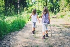 孩子-双女孩在山步行 图库摄影