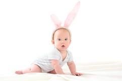 孩子以复活节兔子的形式 免版税库存照片