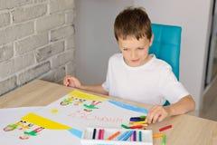 孩子画家庭油蜡笔画在海滩的 免版税库存照片