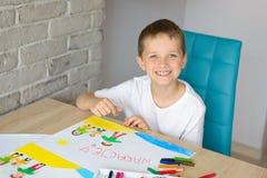 孩子画家庭油蜡笔画在海滩的 库存照片