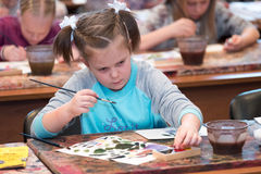 孩子年岁6-9年上自由图画车间在营业日期间在水彩学校 库存图片