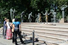 孩子-成人恶习的受害者-雕刻的构成M M Shemyakin在莫斯科 库存图片