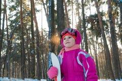 孩子 步行在冬天雪孩子的森林里 免版税库存图片