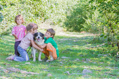 孩子-男孩和女孩-与户外狗 免版税库存照片