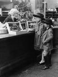 孩子去的圣诞节购物(所有人被描述不更长生存,并且庄园不存在 供应商保单那里wi 免版税图库摄影