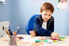 孩子画他的学校课程的老师一幅蜡笔画  图库摄影